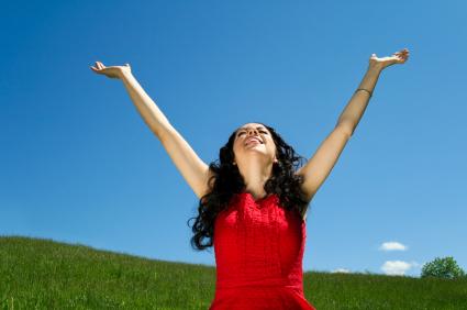 Cessons de nous plaindre ! Remercions plutôt Dieu pour Ses bienfaits ! Woman-praising-god