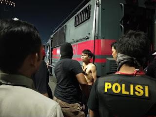 Polisi Gebuk dan Telanjangi Massa Demonstrasi di DPR