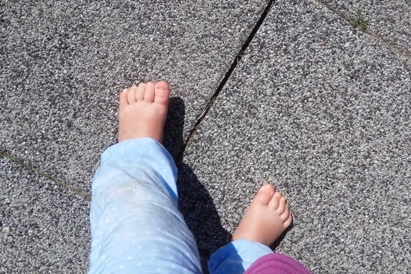 Integracja sensoryczna - bose stopy na chodniku