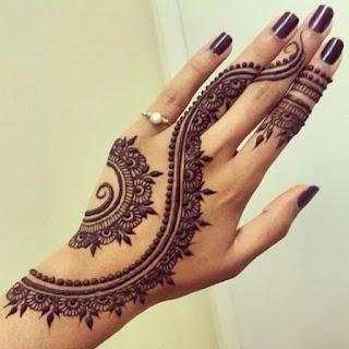 las manos de una modelo muy bien cuidadas, con tatuaje de henna de mandala