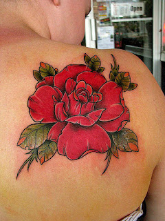 tato mawar di punggung