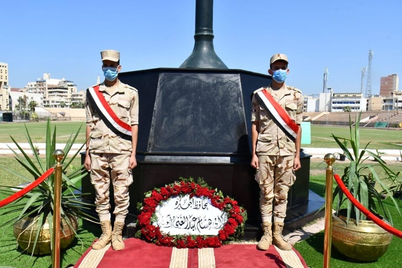 فى الذكرى السابعة والأربعون لإنتصارات أكتوبر المجيدة ..... محافظ البحيرة ومدير الأمن والمستشار العسكري يقومون بوضع إكليلاً من الزهور على النصب التذكاري للجندي المجهول .