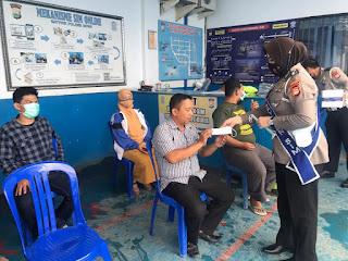 Petugas Pelayanan SIM Satlantas Polres Gowa,Bagi bagi Masker
