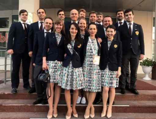 L'équipe féminine russe d'échecs au premier plan et devant l'équipe masculine russe.