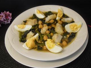 Potaje de garbanzos, bacalao, espinacas y huevo cocido
