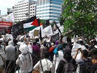 Kepalkan Tangan, Massa Serukan Khilafah, Bendera Tauhid Berkibar Dimana-mana