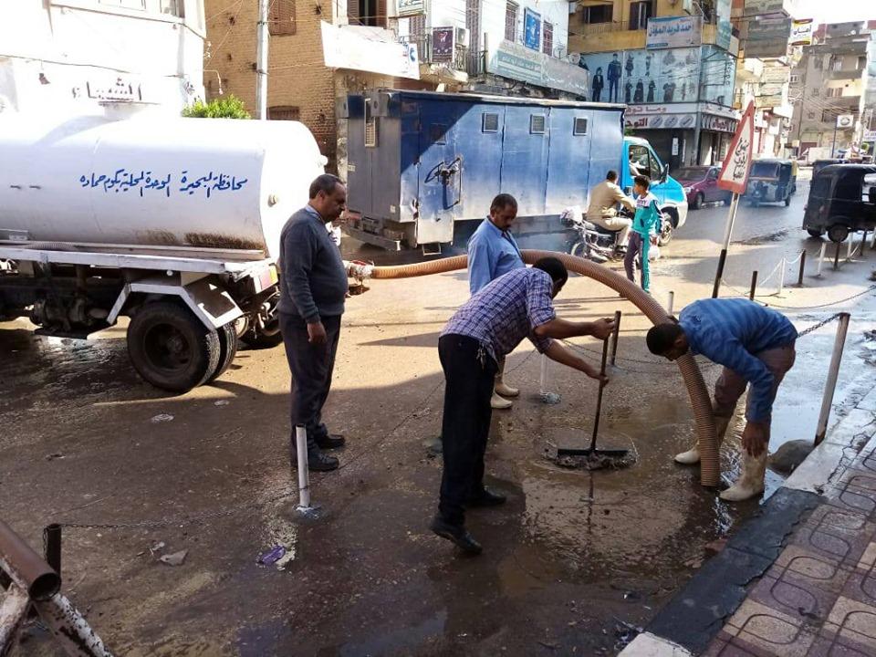 بالصور الفيل ... بإصرار وجلد  يواصل دون فتور  رفع تجمعات بؤر المياه من الشوارع والميادين