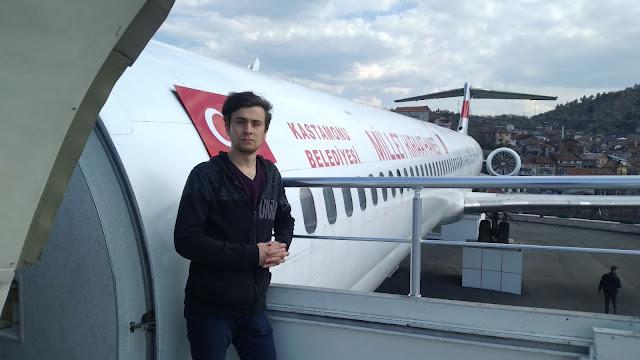 Harun İstenci Boeing 717 Kastamonu Millet Kıraathanesi'nin kapısında.