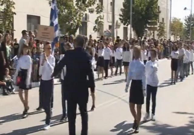 Πτολεμαϊδα: Η στιγμή που καθηγητής σπρώχνει μαθητή κατά τη διάρκεια της παρέλασης