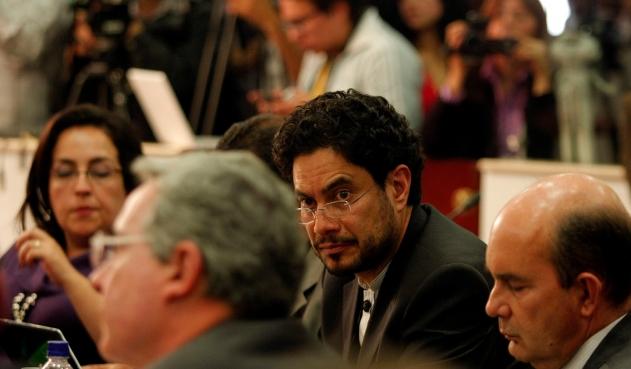 Desesperado, Uribe recorre todos los medios de comunicación: Cepeda a Uribe por falsos positivos