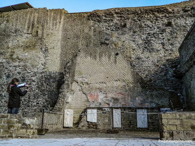 Altar na área sacra de Herculano, Itália