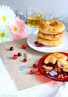 http://cookalifebymaeva.blogspot.fr/2016/01/quand-la-galette-des-rois-se-deguise-en-petites-couronnes-creme-amandes-pommes-canneberges.html