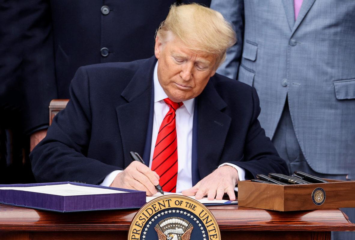 En sus últimas horas como presidente, Trump indultó a 73 personas, entre ellas a su exasesor y gurú de la ultraderecha Steve Bannon