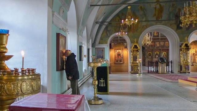 Fiéis da Igreja Ortodoxa Russa mantêm tradição de beijar relíquias sagradas, apesar do risco de Covid-19