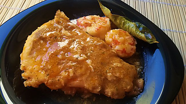 Lenguado en salsa con gambones