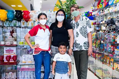 Fotografia da proprietária Simone Silva e funcionários da loja Curumins Silva Confecções & Papelaria, em Ponto Novo, Bahia, produzida por Romilson Almeida/Guia Ponto Novo