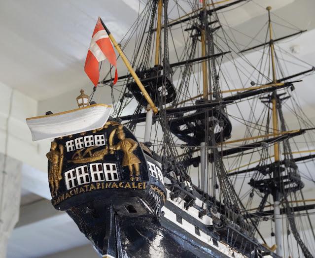 Urlaub auf Fanø mit Kindern: 12 Ausflugstipps für das wunderschöne Sønderho. Spannend für Kinder: Die Schiffe unter der Decke in der dänischen Kirche von Sönderho zu zählen!