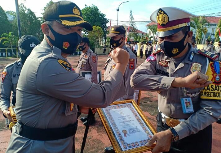 Kapolres Sinjai memberikan penghargaan kepada personel yang berprestasi sebanyak 18 personel