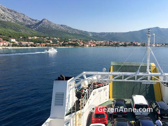 Korçula Adası feribotu Orebic'e yaklaşırken, Hırvatistan