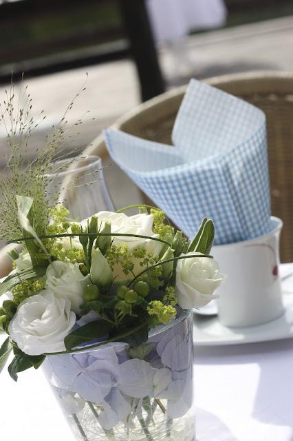 Kaffee und Kuchen, Hochzeit in Bayern, edel-bayerisch, Himmelblau und Edelweiss, heiraten in Garmisch-Partenkirchen, Hochzeitslocation Riessersee Hotel, wedding destination abroad, Germany, Bavaria, blue and white