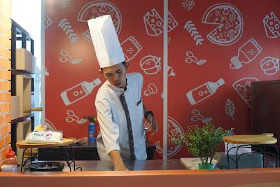 TeraPizza sedang disiapkan oleh chef