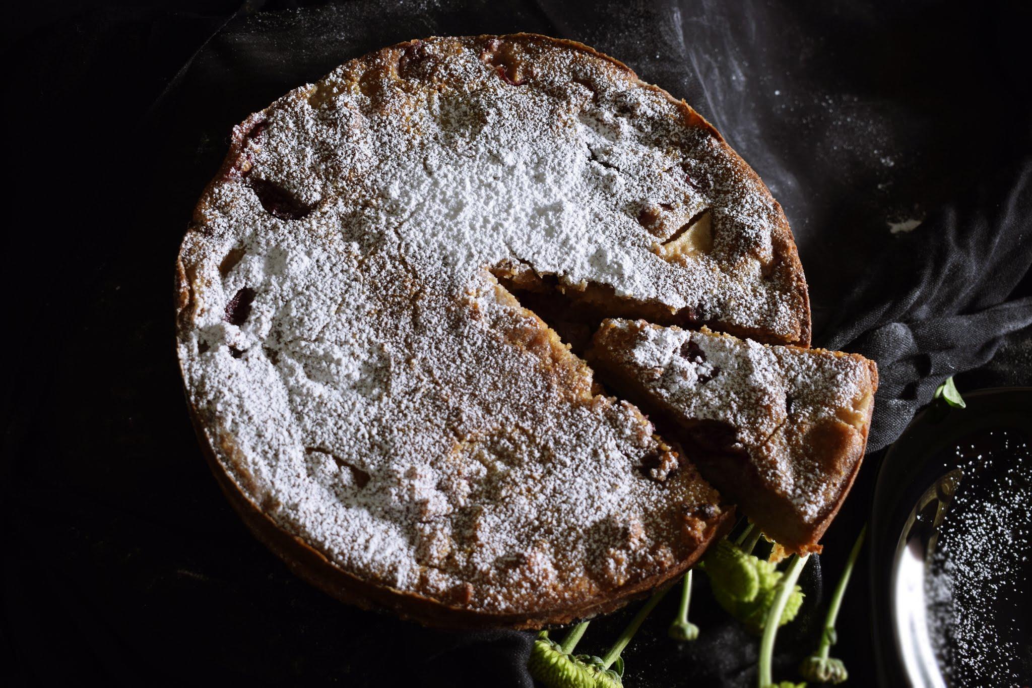 Tarta de nueces con magdalenas, cerezas y pera