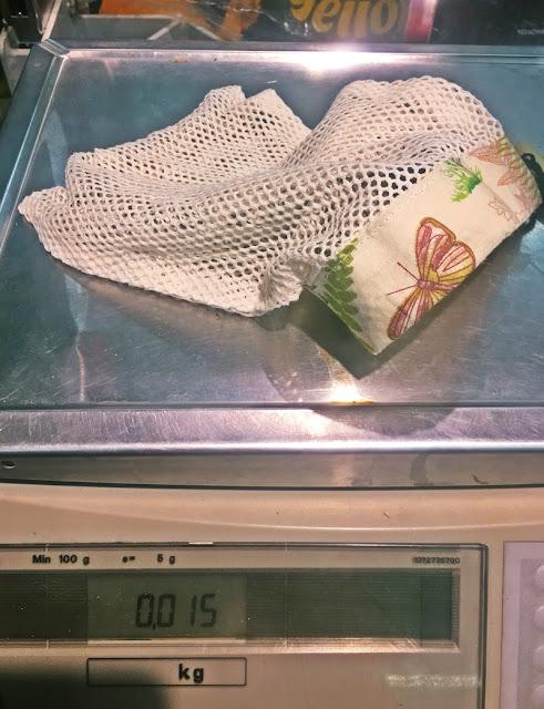 Pusty worek wielorazowy na warzywa i owoce na sklepowej wadze