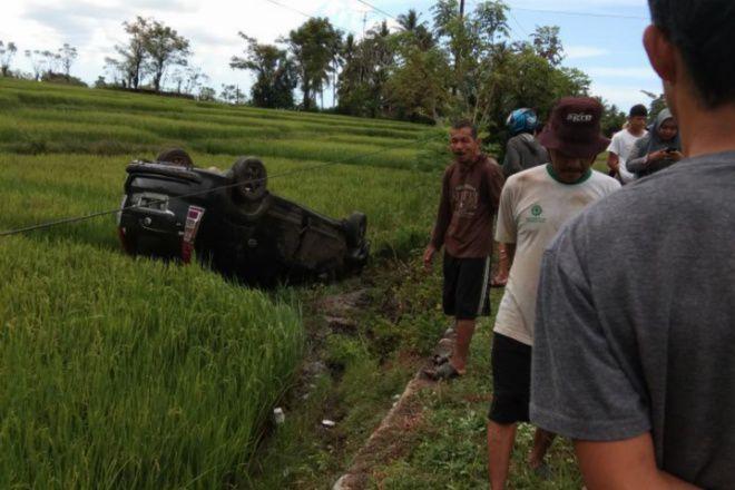 Sopir Mengantuk, Mobil Pasutri di Bone Terguling ke Sawah