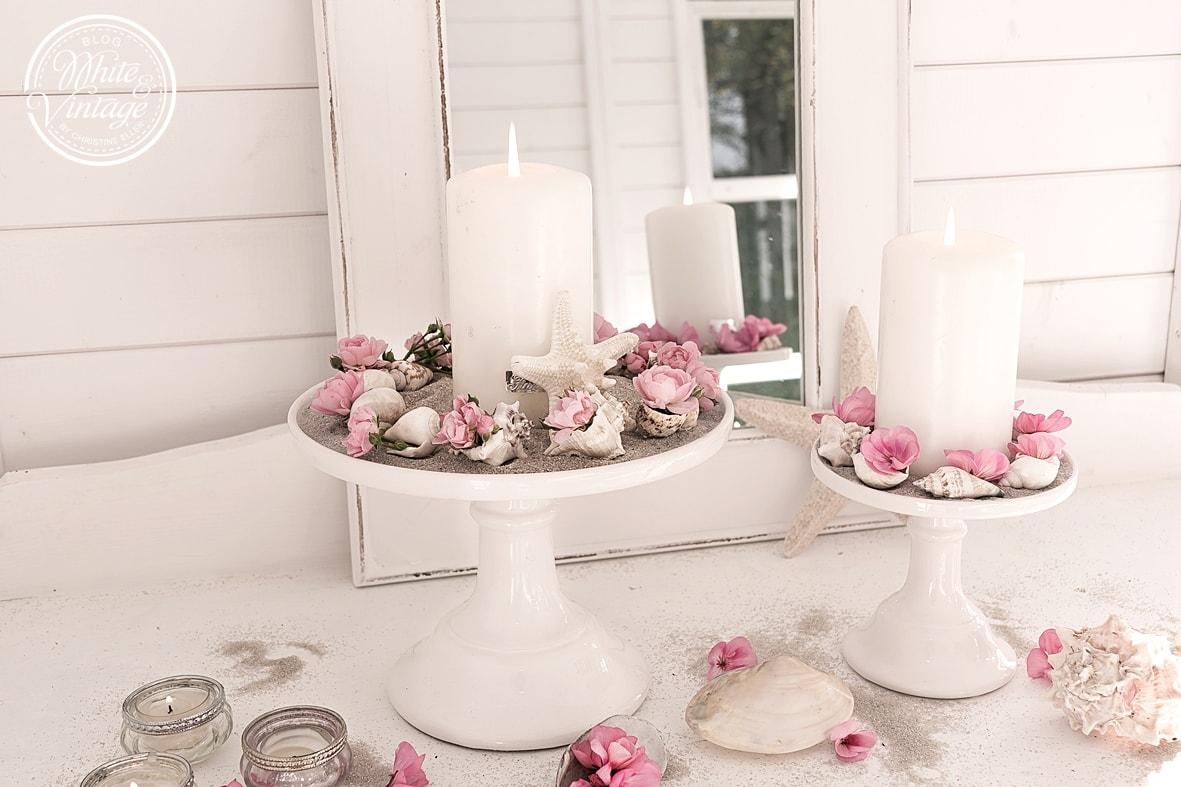 Dekoidee mit Muscheln, Blumen und Kerzen