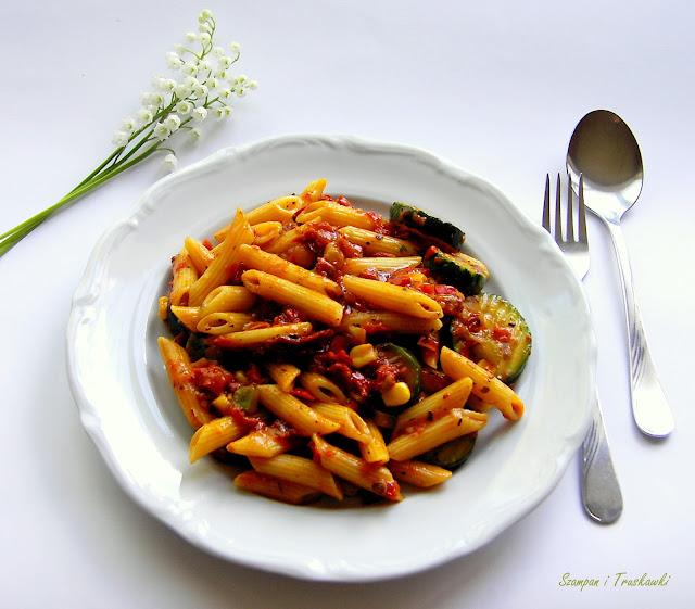 Makaron z sosem pomidorowo - ziołowym