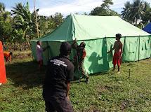 Babinsa dan Rakyat Bahu Membahu Dirikan Tenda Sekolah Darurat
