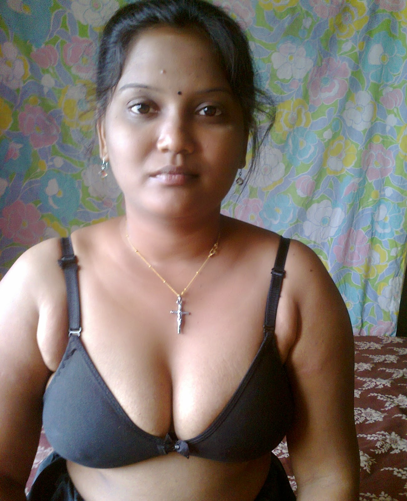 Desi Girls And Aunties Hot And Sexy Pictures: Desi In Bra