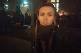 """Сутички під Офісом президента: з'явилось відео, як десяток поліцейських """"скручує"""" волонтерку Чорногуз"""