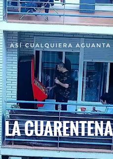 Hombre jugando tragaperras en su balcón en cuarentena