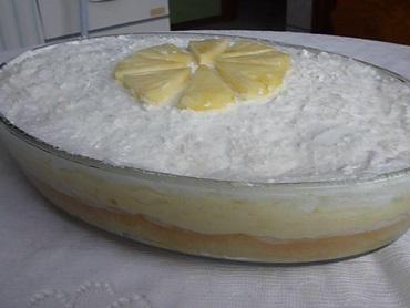 Bolo gelado de abacaxi com leite ninho