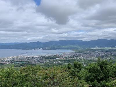 円山展望台から岩内の町を見る
