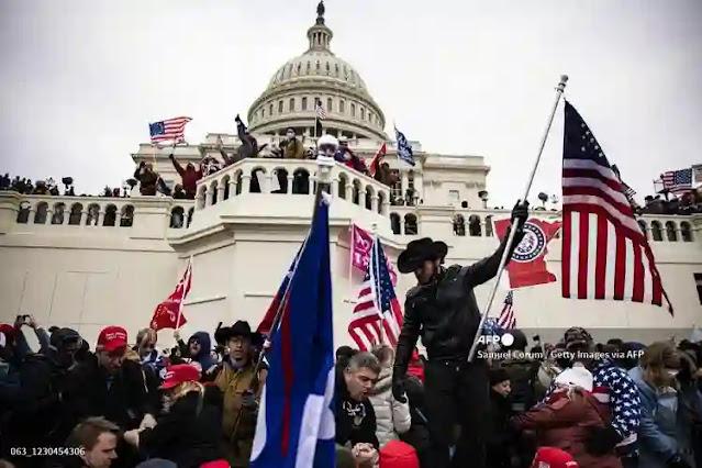 Aksi demonstrasi pendukung Trump di Gedung Kongres, Capitol Hill, Washington, AS berujung rusuh. Masa yang menolak pengesahan kemenangan presiden terpilih, Joe Biden, merangsek masuk ke dalam Capitol dan melakukan perusakan terhadap fasilitas gedung serta menyerang aparat kepolisian yang berjaga. Dilaporkan sebanyak empat orang demonstran pro-Trump tewas dan dua orang polisi terluka dalam insiden ini.