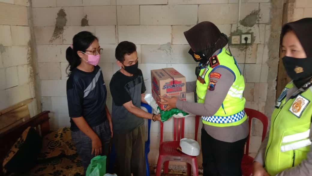 Satuan Lalu Lintas Polresta Banyumas Berikan Santunan Korban Kecelakaan