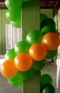 Pfeiler mit mehrfarbigen Luftballons dekoriert.