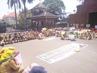 Ratusan Guru Honorer Demo, Tuntut Dewan Tolak Aturan CPNS