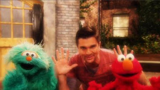 Muevete is a song performed by Juanes, featuring appearances by Rosita and Elmo. Sesame Street The Best of Elmo 3