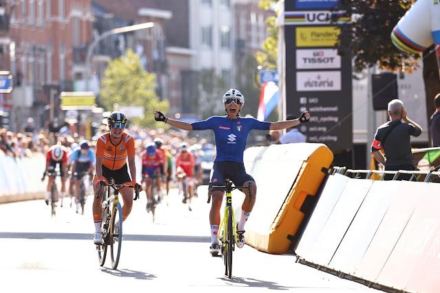 De azul, Elisa Balsamo comemora triunfo na prova feminina de estrada pelo Mundial
