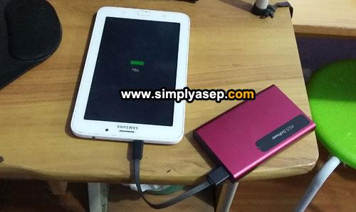 """ASUS ZenPower Slim 6000 saat """"in action: mengisi Ipad anak saya dan hanya dalam waktu 3 jam saja unit sudah terisi penuh battery. Foto Asep Haryono"""