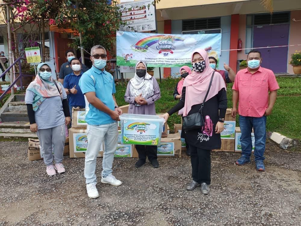 Bantuan ikhlas untuk kehidupan yang cerah bersama TOP: Wakil dari JAKOA Cameron Highland, En Mohd Farizal Bin Mohd Zakhir menghantar sumbangan kelengkapan kembali-ke-sekolah bersama TOP kepada SK Terisu di Pahang.