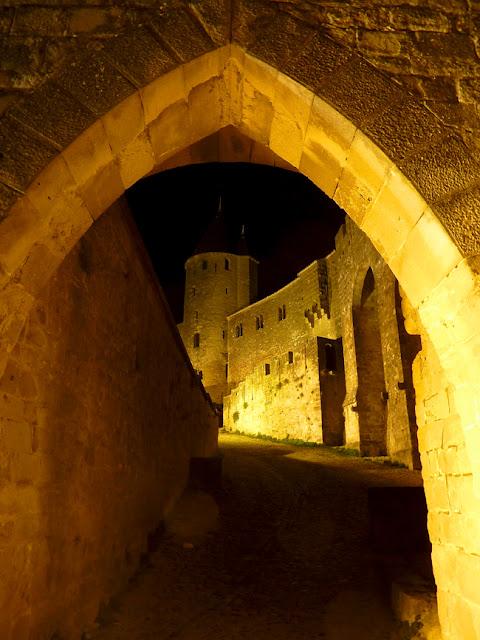 Vista nocturna del exterior de Carcassone entre murallas