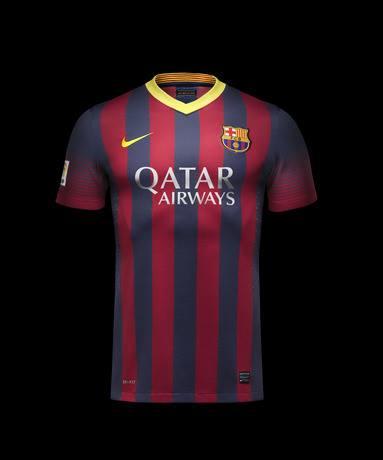 La primera equipación recupera las tradicionales rayas azules y granates  del FC Barcelona con una raya de moderno diseño degradado en las mangas. 8de120593beed
