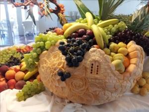 Fotografia di un cesto di frutta e verdura intagliata