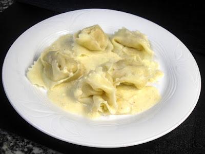 Tortellini relleno de pera con salsa 4 quesos.