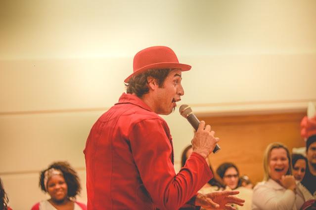 apresentador comico durante show circense de aniversario de um ano do Pedro em Niteroi RJ.