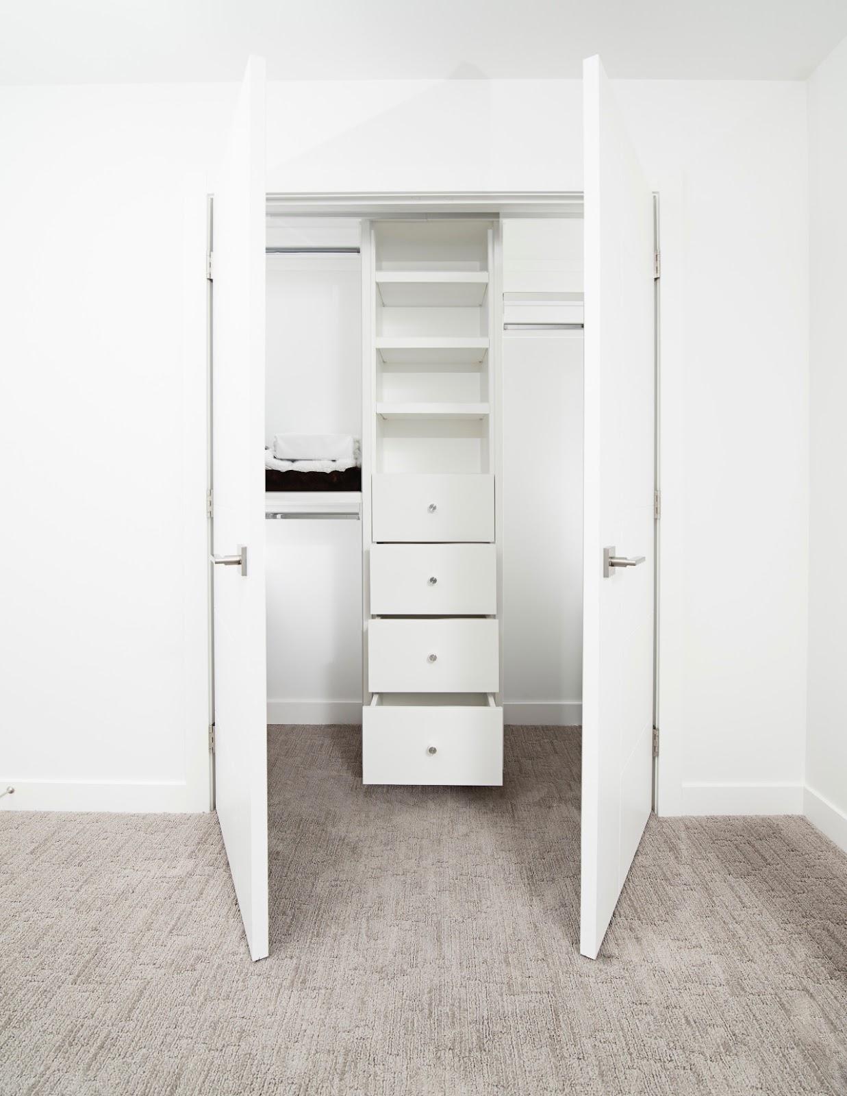 Biała otwierana klasycznie szafa w sypialni